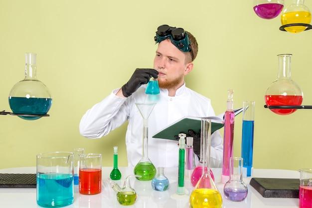 Młody Chemik Z Przodu Rozróżnia Chemikalia Nosem Darmowe Zdjęcia