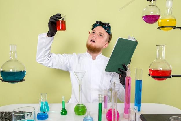 Młody Chemik Z Przodu Znajduje Wreszcie Nową Formułę Z Czerwoną Substancją Chemiczną Darmowe Zdjęcia
