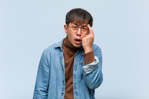Młody Chiński Mężczyzna Robi Rozczarowanie Gestowi Z Palcem Premium Zdjęcia