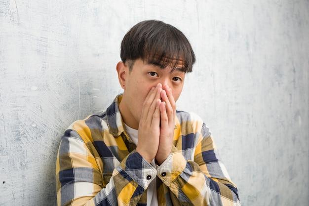 Młody Chiński Mężczyzna Twarzy Zbliżenie Bardzo Przestraszony I Boi Się Ukryty Premium Zdjęcia
