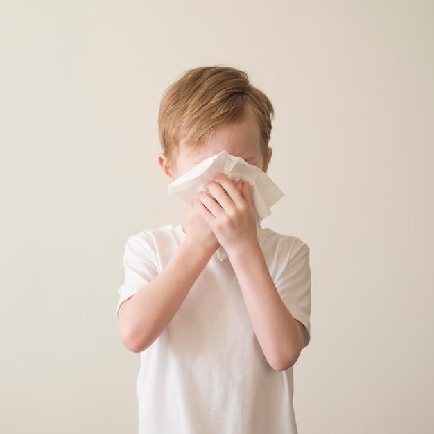 Młody Chłopak Dmuchanie Nosa Darmowe Zdjęcia