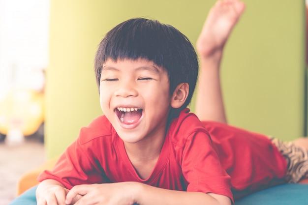Młody Chłopak Krzyczy Niezadowolony Ze Swojej Zabawki Premium Zdjęcia