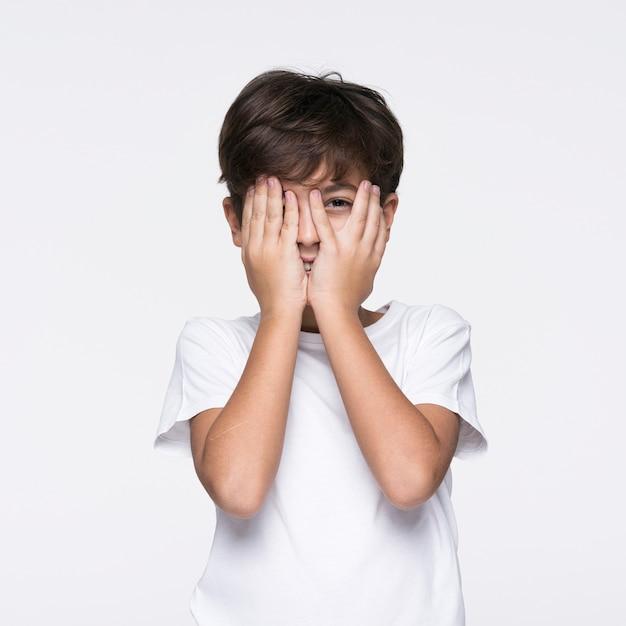 Młody Chłopak Obejmujących Twarz Rękami Darmowe Zdjęcia