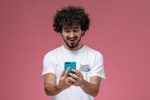 Młody Chłopak Prowadzący Rozmowę Wideo Ze Swoim Najlepszym Przyjacielem Darmowe Zdjęcia
