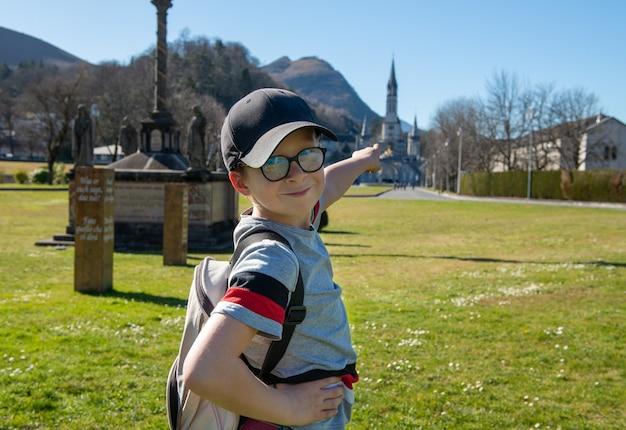 Młody Chłopak Z Bazyliką W Lourdes We Francji Premium Zdjęcia