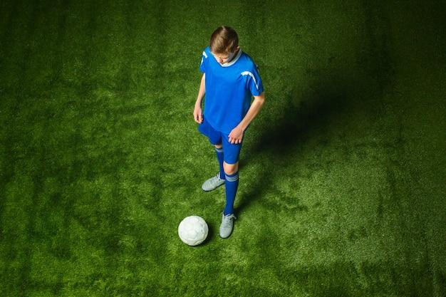 Młody Chłopak Z Piłki Nożnej Robi Kopnięcie Latające Darmowe Zdjęcia