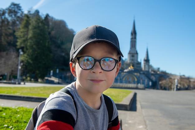 Młody Chłopak Z Sanktuarium Katedralnego W Lourdes Premium Zdjęcia