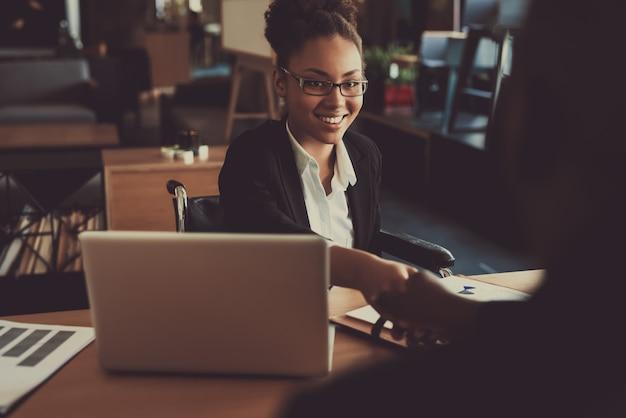 Młody czarny wywiad z mężczyzną w biurze Premium Zdjęcia