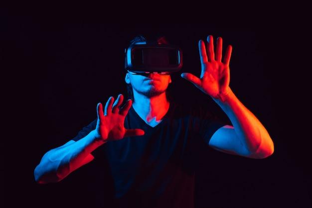Młody Człowiek Cieszy Się Okularami Wirtualnej Rzeczywistości Premium Zdjęcia