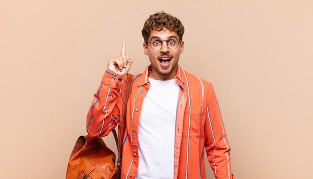 Młody Człowiek Czuje Się Jak Szczęśliwy I Podekscytowany Geniusz Po Zrealizowaniu Pomysłu, Premium Zdjęcia