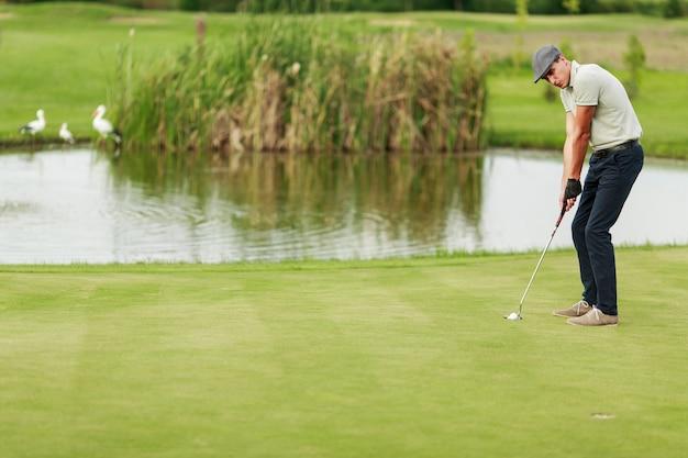 Młody człowiek gra w golfa Premium Zdjęcia