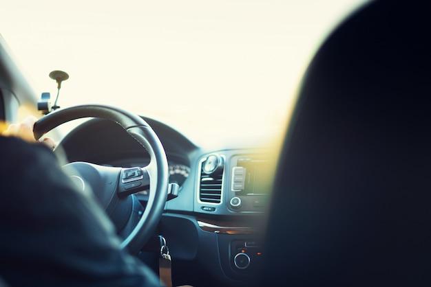 Młody człowiek jedzie jego samochód Premium Zdjęcia