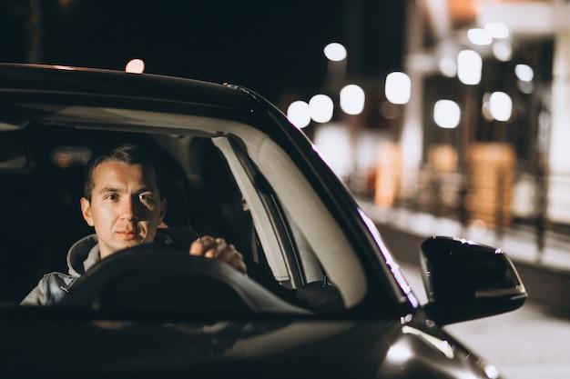 Młody Człowiek Jedzie Jego Samochodem W Nocy Darmowe Zdjęcia