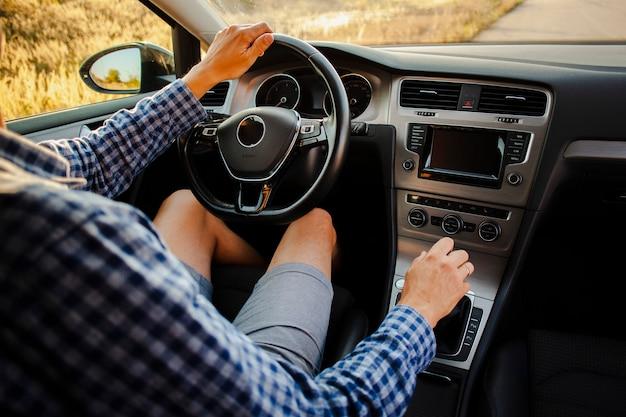 Młody człowiek jedzie samochód Darmowe Zdjęcia