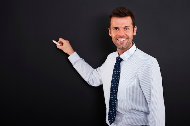 Młody Człowiek Jest Gotowy Do Rysowania Strategii Biznesowej Darmowe Zdjęcia