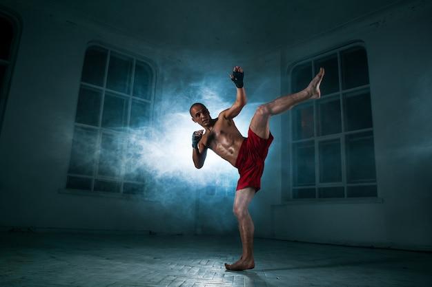 Młody Człowiek Kickboxing W Niebieskim Dymie Darmowe Zdjęcia