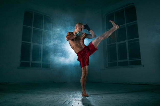 Młody Człowiek Kickboxing W Niebieskim Dymu Darmowe Zdjęcia