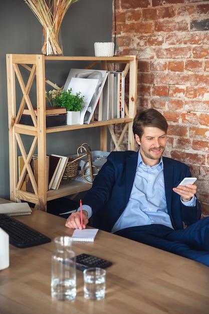 Młody Człowiek, Kierownik, Zespół Po Kwarantannie Wrócił Do Pracy W Swoim Biurze, Czuje Się Szczęśliwy I Zainspirowany Darmowe Zdjęcia