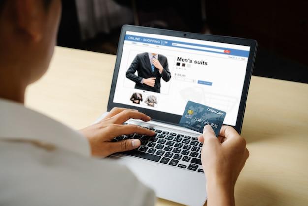 Młody Człowiek Korzysta Z Karty Kredytowej Na Zakupy Online Premium Zdjęcia