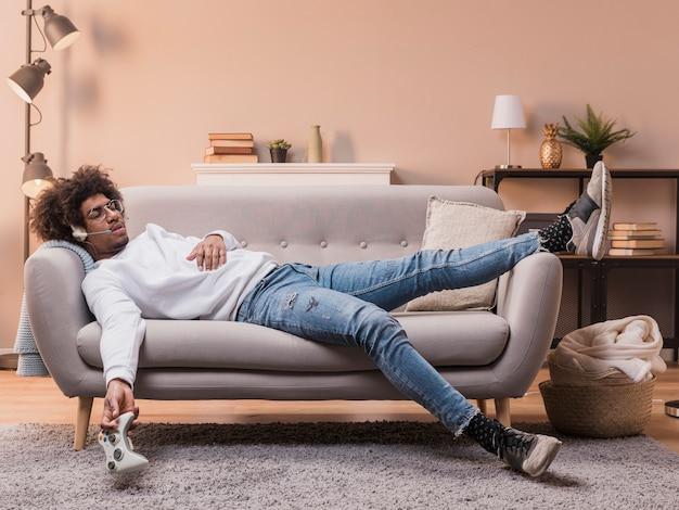 Młody Człowiek Leżał Na Kanapie Gry Darmowe Zdjęcia