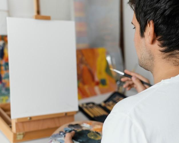 Młody Człowiek Maluje Akrylem Darmowe Zdjęcia