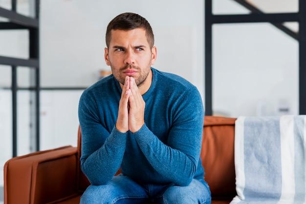 Młody Człowiek Na Myśli Siedząc Na Kanapie Darmowe Zdjęcia