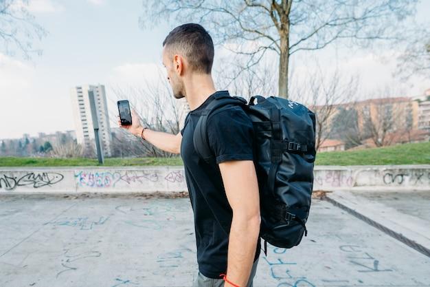Młody Człowiek Odkryty Za Pomocą Inteligentnego Telefonu Przy Selfie Premium Zdjęcia