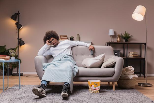 Młody Człowiek Ogląda Tv W Domu Darmowe Zdjęcia