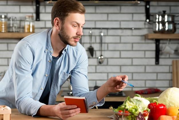 Młody Człowiek Pisze Listę Zakupów W Kuchni Darmowe Zdjęcia