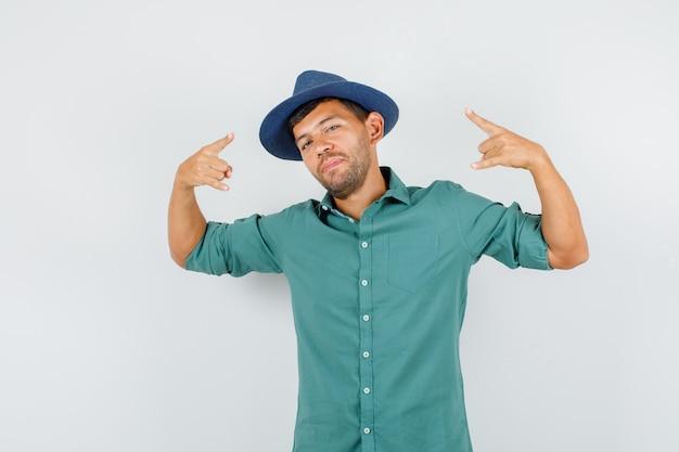 Młody Człowiek Pokazujący Symbol Rocka W Koszuli Darmowe Zdjęcia