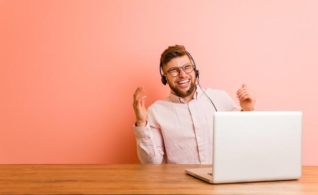 Młody Człowiek Pracujący W Call Center, Radosny śmiech Dużo. Koncepcja Szczęścia. Premium Zdjęcia