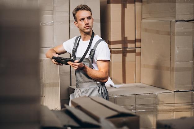Młody Człowiek Pracuje Przy Magazynem Z Pudełkami Darmowe Zdjęcia