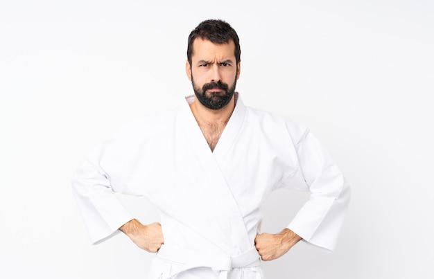 Młody człowiek robi karate nad białym gniewnym Premium Zdjęcia