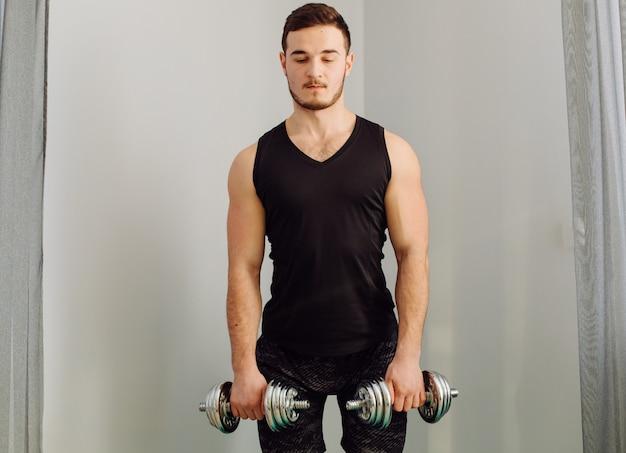 Młody Człowiek Robi Sportowi ćwiczy W Domu Darmowe Zdjęcia