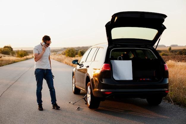 Młody człowiek rozmawia przez telefon samochodem Darmowe Zdjęcia