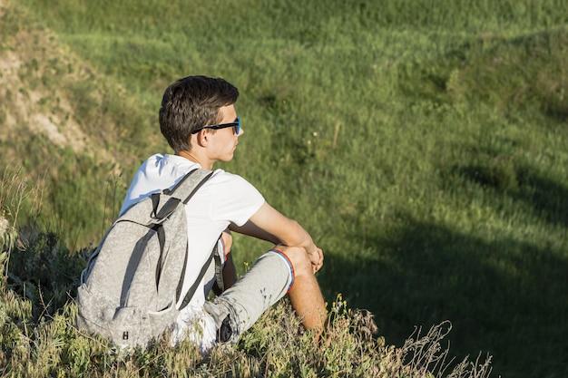 Młody Człowiek Siedzi Zielonego Widok I Cieszy Się Darmowe Zdjęcia