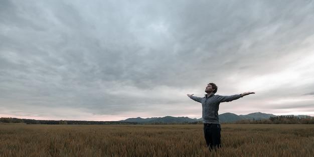 Młody Człowiek Stojący W Jesień łąka Premium Zdjęcia