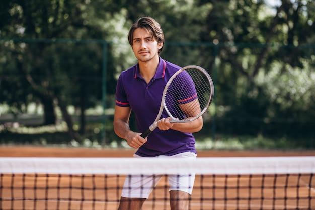 Młody człowiek tenisista na dworze Darmowe Zdjęcia