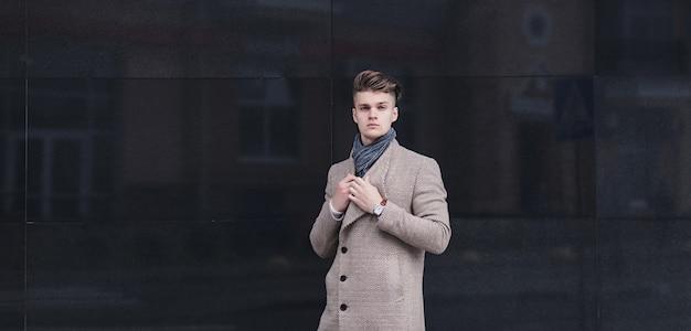 Młody Człowiek Ubrany W Ubranie Na Ulicy. Skopiuj Miejsce Premium Zdjęcia
