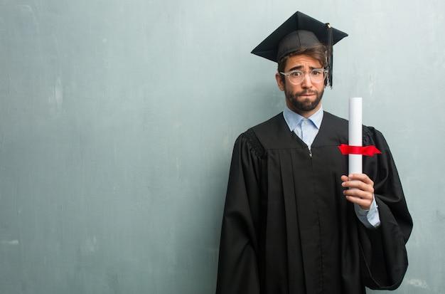 Młody Człowiek Ukończył Na ścianie Grunge Z Miejsca Na Kopię Martwi Się I Przytłoczony Premium Zdjęcia