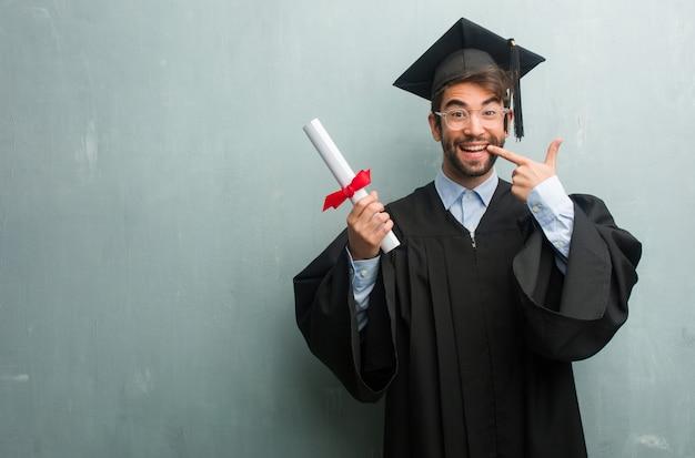 Młody Człowiek Ukończył Z Grunge ścianie Z Kopia Przestrzeń Uśmiecha Się Premium Zdjęcia