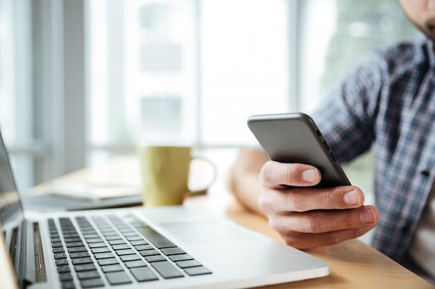 Młody Człowiek Używa Laptop I Telefon. Darmowe Zdjęcia