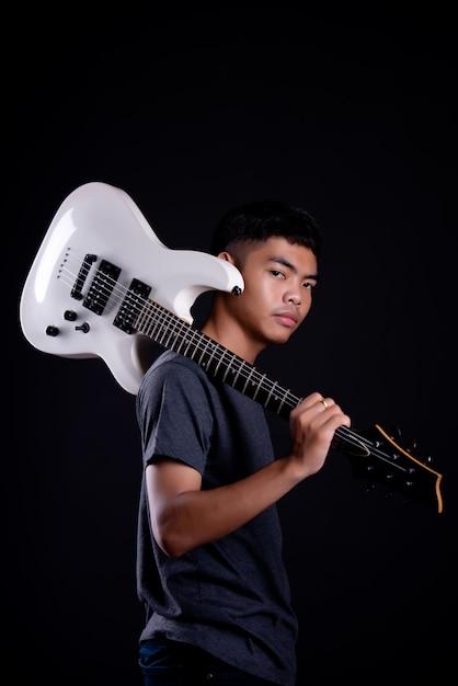 Młody Człowiek W Ciemnej Koszulce Z Gitarą Elektryczną Darmowe Zdjęcia