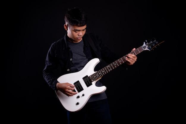 Młody Człowiek W Czarnej Skórzanej Kurtce Z Gitarą Elektryczną Darmowe Zdjęcia