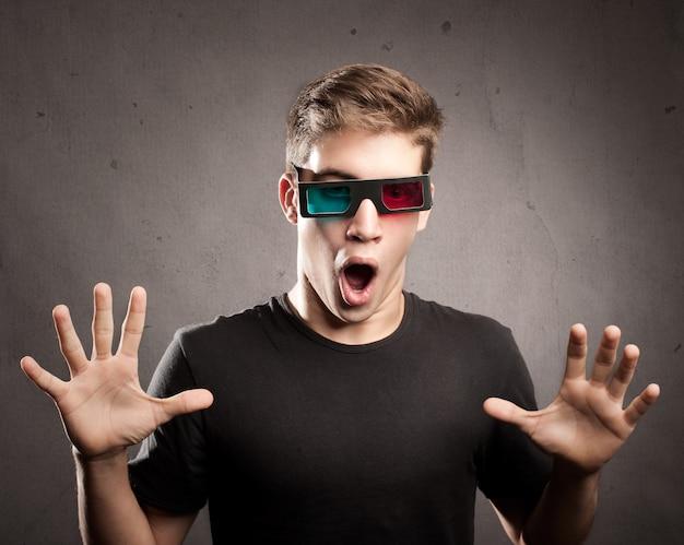 Młody Człowiek W Okularach 3d Premium Zdjęcia