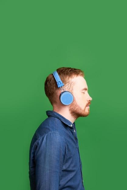 Młody Człowiek W Słuchawkach Premium Zdjęcia