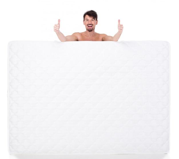 Młody Człowiek Z Białym Materacem Premium Zdjęcia