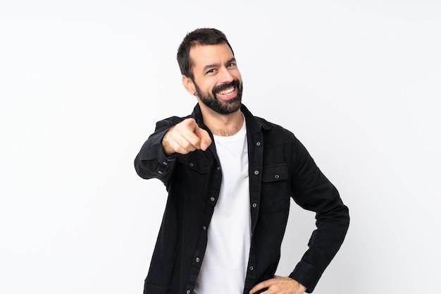 Młody Człowiek Z Brodą Na Pojedyncze Punkty Białej ściany Palcem Na Ciebie Z Pewnym Siebie Wyrazem Twarzy Premium Zdjęcia