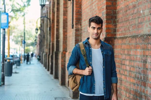 Młody człowiek z plecakiem Premium Zdjęcia
