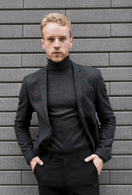 Młody człowiek z rękami w kieszeniach spodni Darmowe Zdjęcia